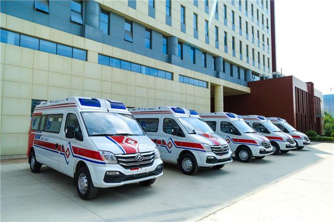 上汽大通爱心国6v80救护车捐赠现场交付车钥匙